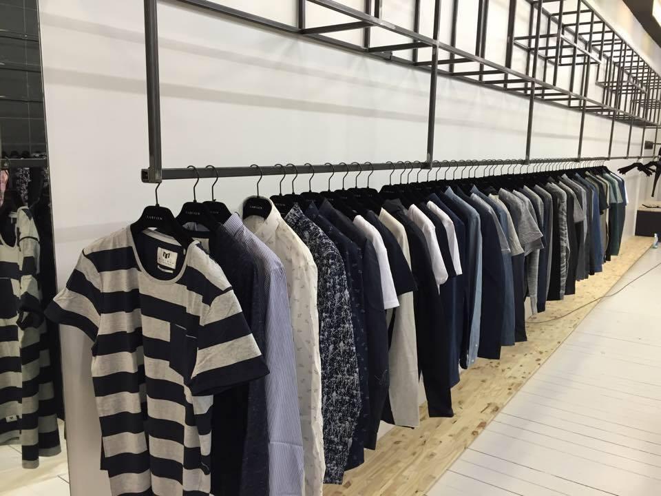 image boutique labview, portant de vêtements avec des tee shirts sur cintre